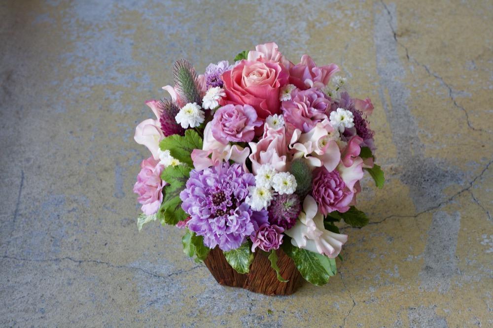 小花をふんだんに使った春らしいピンクのアレンジメント