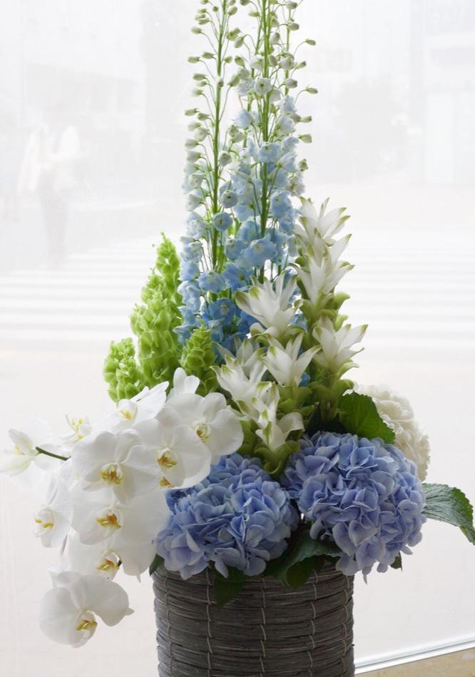 コーポレートカラーのブルーを使った爽やかな祝い花|