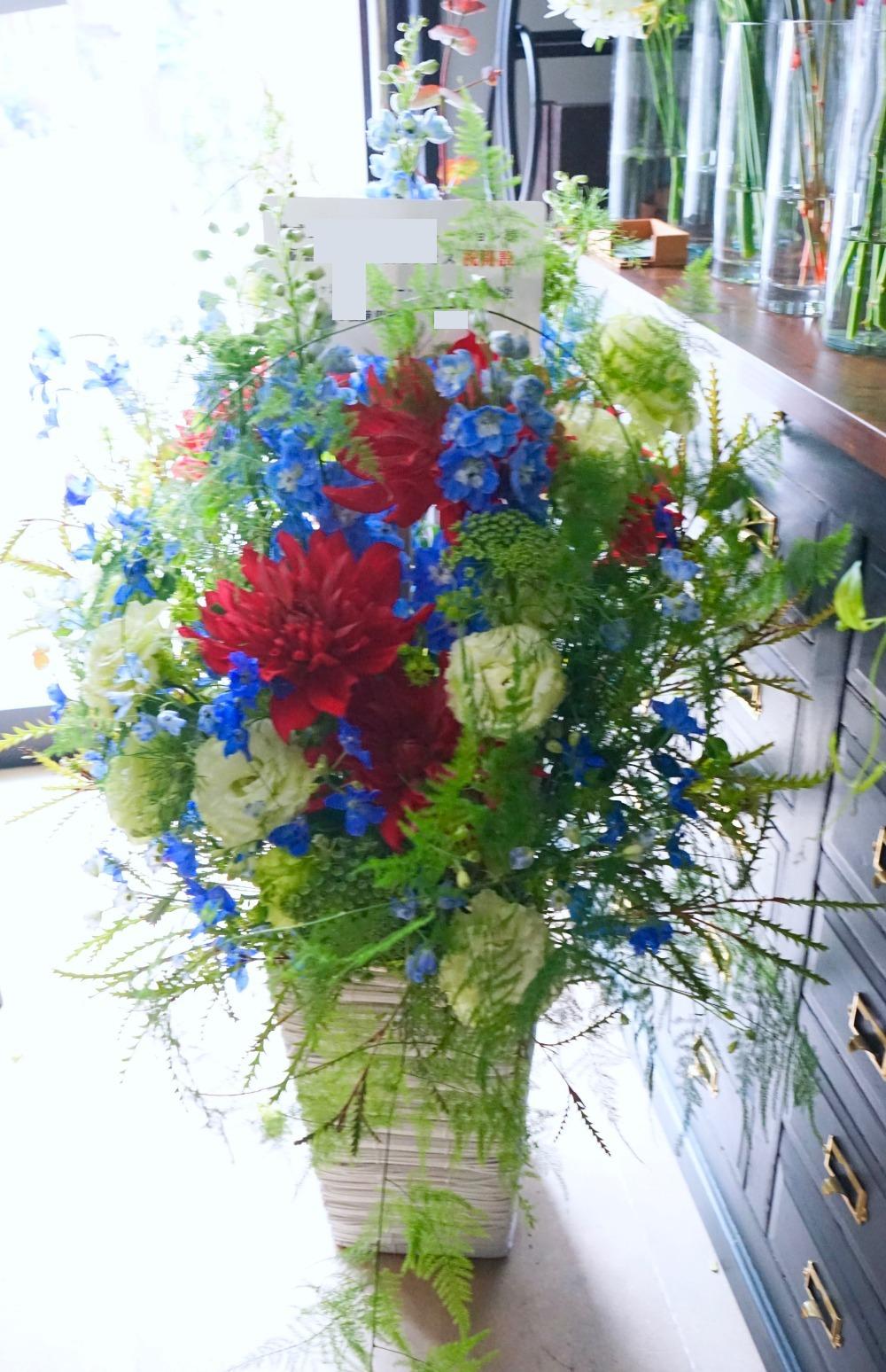 オフィス移転のお祝い ウッディーなオフィスに合うコーポレートカラーの祝い花|