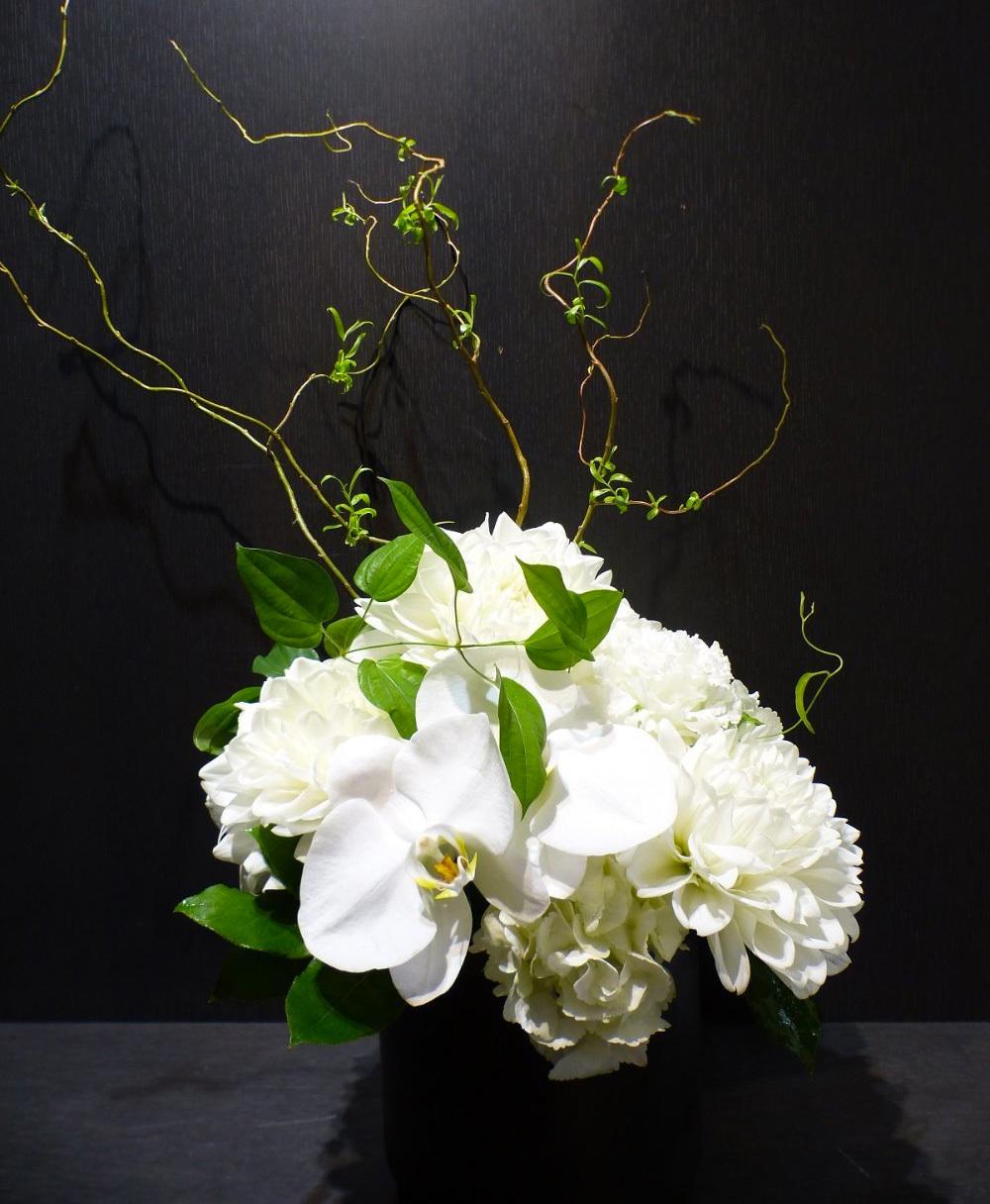 スタイリッシュなギャラリーのリニューアルオープン祝い花|