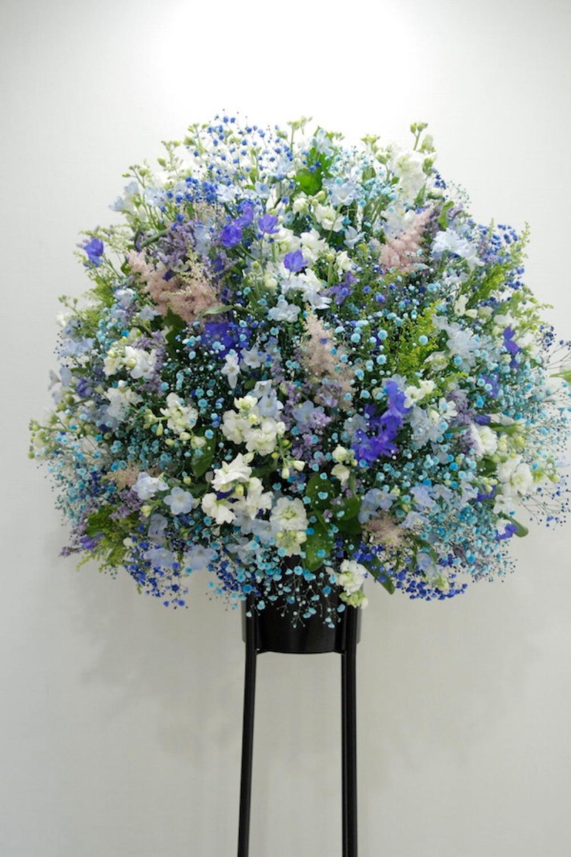 ブルーの美しいスタンド花|
