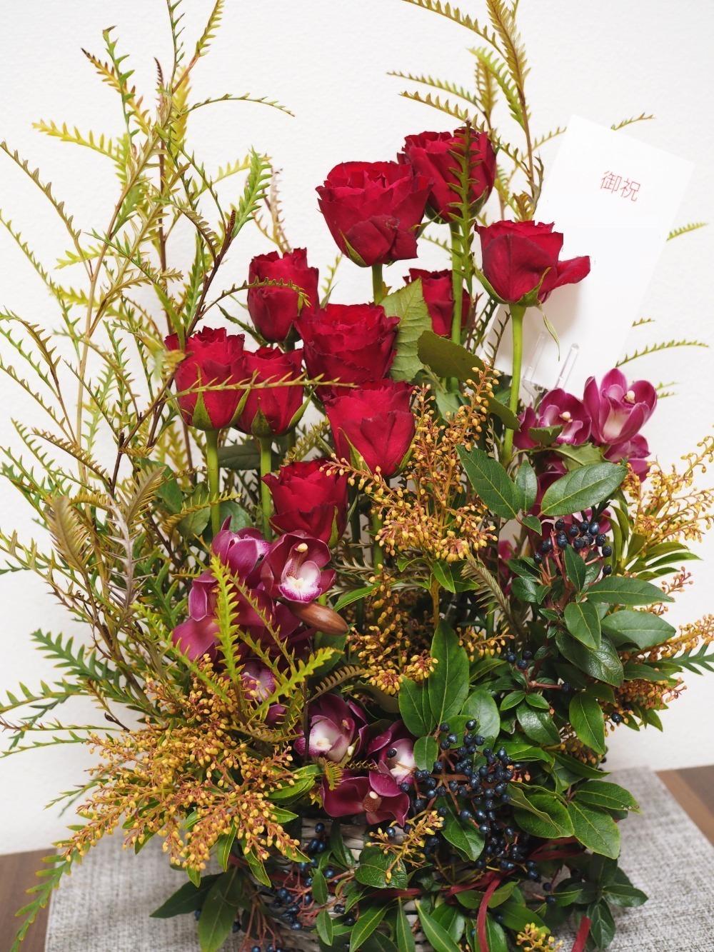南青山のおしゃれなレストランのオープン祝いに 赤いバラが鮮やかなアレンジ|