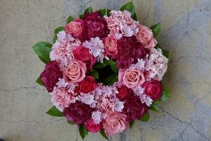 オフィスやお家が華やぐ!ピンクのリース型祝い花|