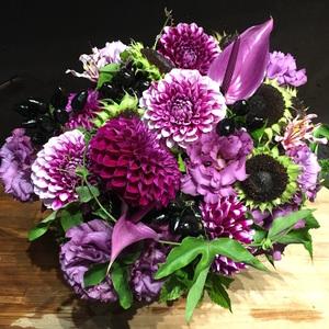 カフェの雰囲気に合わせてアレンジされた祝い花|